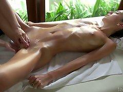 Dívka na masáži