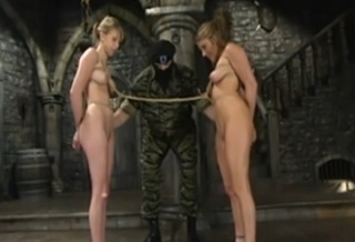 Voják mučí 2 ženy