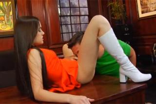 Holčička Sasha Grey prcá v kanceláři