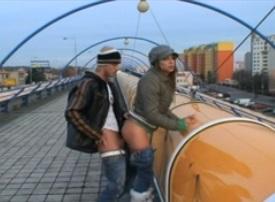 Sex v Praze na mostě