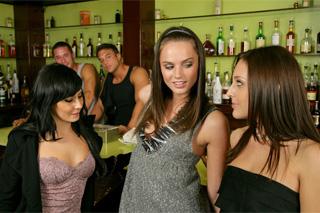 Kundičky v baru hledají ocas