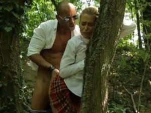Anál se školačkou v lese