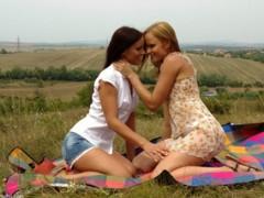 Lesbičky se mazlí na louce
