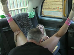 Kozatka ojeta taxikářem