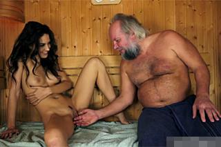 Děda našel kundičku v sauně