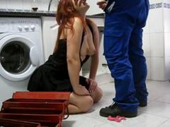 Hospodyňka svedla instalatéra
