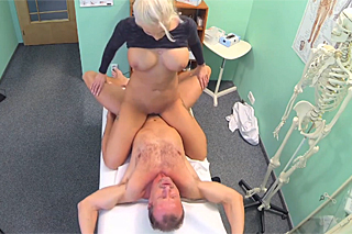 Doktor ojede mrdku v ordinaci