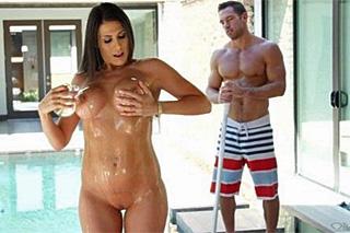 Ukázková kundička se předvede u bazénu