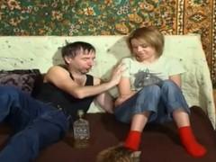 Zasraný alkoholik ojede svou dceru