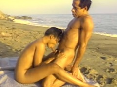 Černí opičáci si dají bídu na pláži