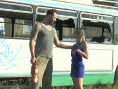 Blondýna vyšukaná ve starém buse