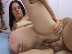 Chlupatá těhotná kurva bude omrdána