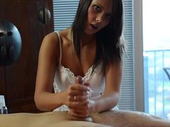 Kráska zakončí masáž honěním penisu