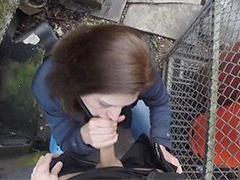 Policista ve službě omrdá stopařku