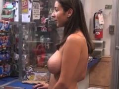 Latina nakupuje v obchodě nahá