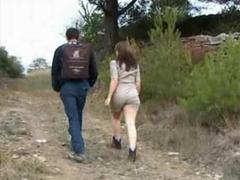 Manželé orálně dovádí na procházce