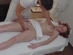 Sáhne jí na kundu za masáž zdarma