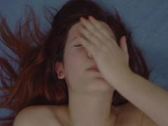 Záběr na zrzku, která prožívá orgasmus