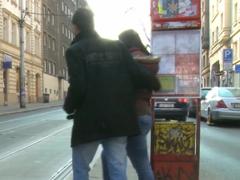 Čech nabere a ošuká borku z ulice