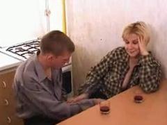 Ožralý Rus přefikne vlastní matku