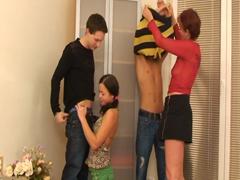 Mladá holka, její matka a 2 kamarádi