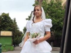 Vyšuká cizí nevěstu na veřejnosti