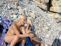 Podvede svého přítele na pláži