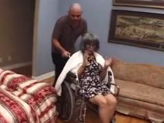 Babička na vozíku vyžaduje sex