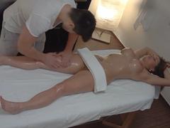 Česká masáž rukama i pérem