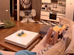 Natočí sjetou sestru na gauči