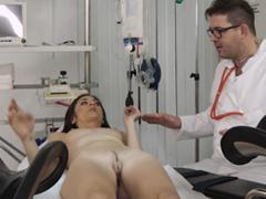 Doktor prohlédne svou pacientku