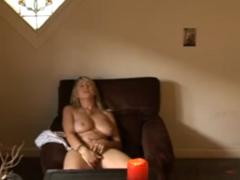 Orgasmus dívky před televizí