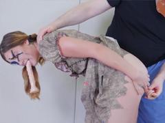 Mučí Voodoo dívku análním trestem