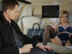 Vyšuká sekretářku ve své limuzíně
