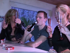 Staré mámy sbalí mládence na baru