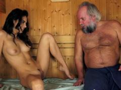 Roztáhne nohy dědkovi v sauně