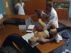 Doktor je vyrušen při léčbě pacientky