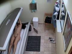V českém solárku masturbuje kundičku