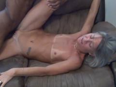Sex se starou mámou na gauči