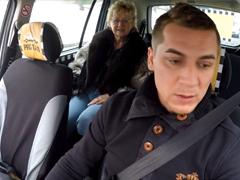 Český taxikář vyšuká matku v autě