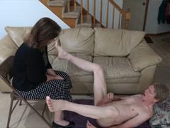 Dohlíží na syna při masturbaci