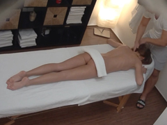 Českej masér ojede klientku při masáži