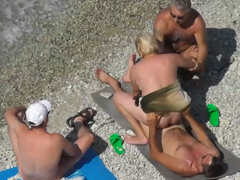 Swingers starších amatérů na pláži