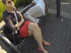 Vymrdá holku ožralého týpka na lavičce