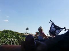 Cyklista si vyhoní bambuse na lavičce
