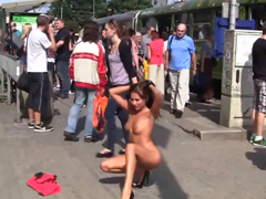 Nahá čubka provokuje nahatá v Praze