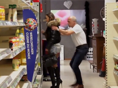 Kurva krade v supermarketu – Gangbang