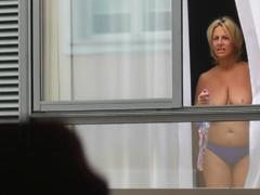 Sousedka čumí přes okno jak si ho honím