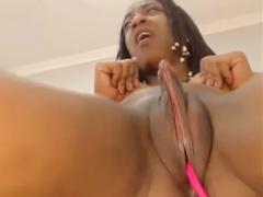 Černá holka s postavenou píčou (klitoris)