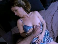 Syn zneužije vlastní matku ve spánku